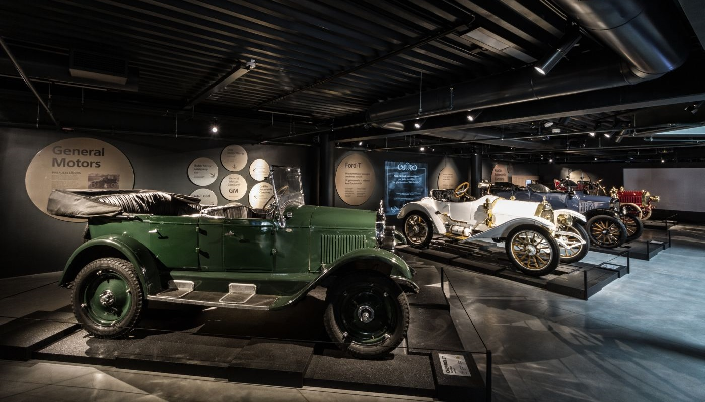 Therefore the museum s exposition on the 1920s primarily exhibits vehicles from overseas the simple cheap chevrolet and ford the middle class buick